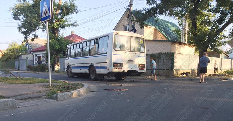 moto-dtp-v-izmaile-8 ДТП в Измаиле: Нетрезвые парни на мопеде въехали в маршрутку. Есть жертва (ФОТО)