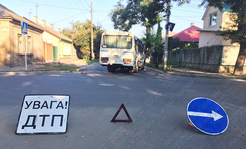 moto-dtp-v-izmaile-9 ДТП в Измаиле: Нетрезвые парни на мопеде въехали в маршрутку. Есть жертва (ФОТО)