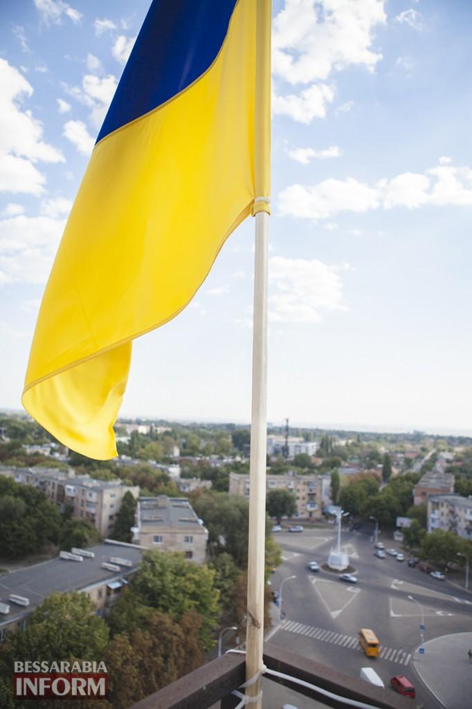 12-682x1024 Измаильчане вернули флаг Украины на  башню (фото, видео)