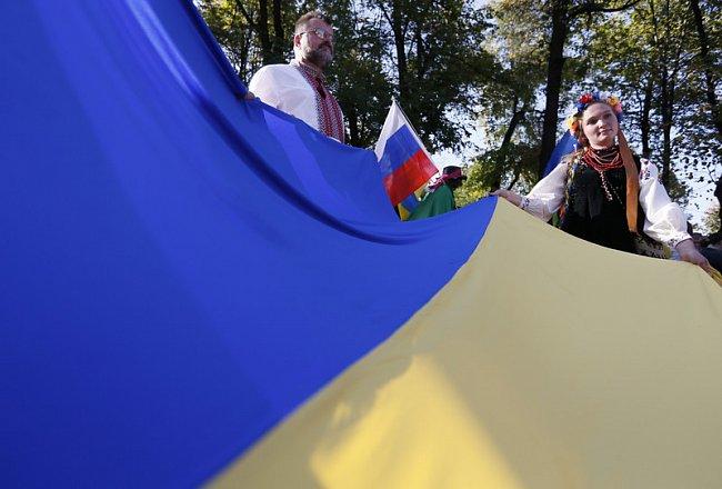 1349f683dff8611a8d211c7eedde0eb9 Марш мира в России: многолюдно и с украинскими флагами (фоторепортаж)