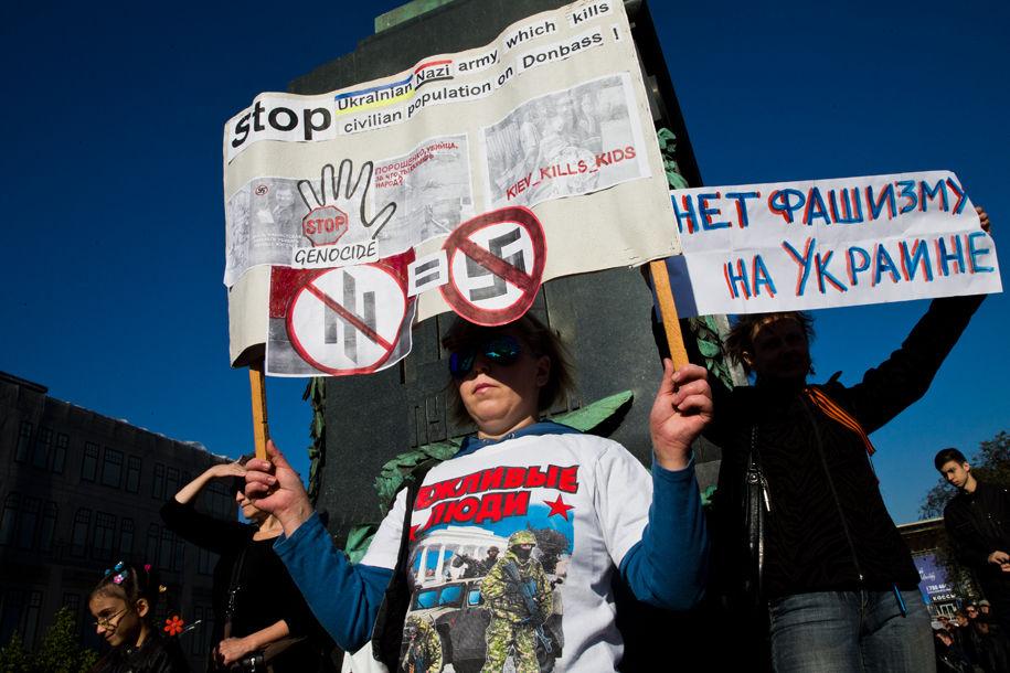 1411316025_874719_18 Марш мира в России: многолюдно и с украинскими флагами (фоторепортаж)