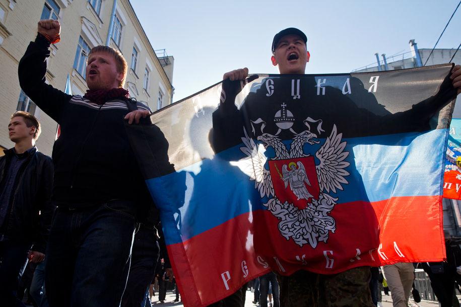 1411316033_815627_60 Марш мира в России: многолюдно и с украинскими флагами (фоторепортаж)