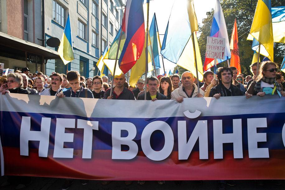 1411316049_295695_26 Марш мира в России: многолюдно и с украинскими флагами (фоторепортаж)