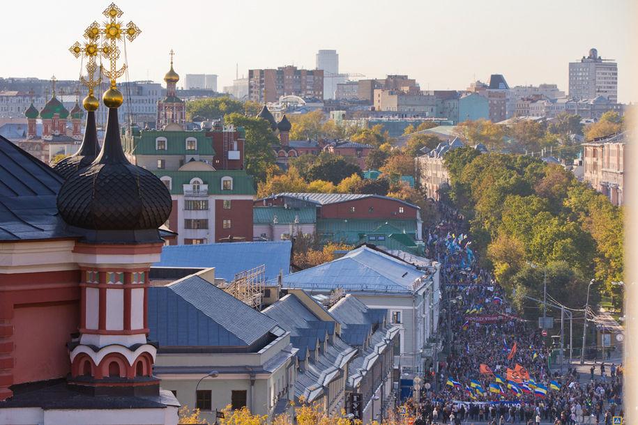 1411316054_107993_85 Марш мира в России: многолюдно и с украинскими флагами (фоторепортаж)