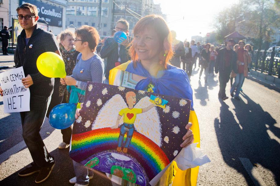 1411316075_909354_62 Марш мира в России: многолюдно и с украинскими флагами (фоторепортаж)