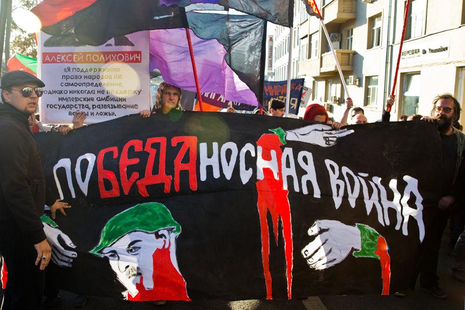 1411316080_661303_16 Марш мира в России: многолюдно и с украинскими флагами (фоторепортаж)