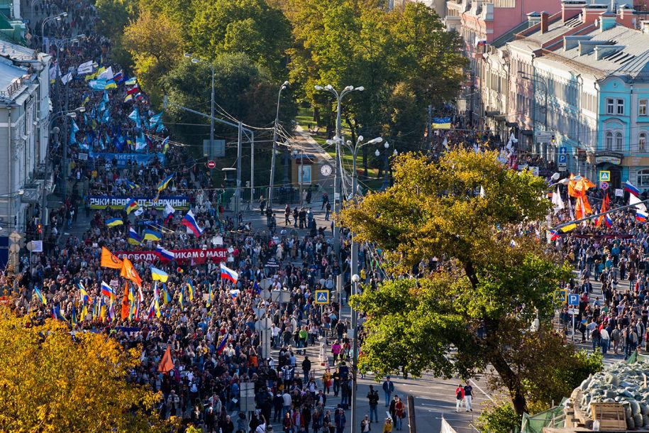 1411316098_509540_96 Марш мира в России: многолюдно и с украинскими флагами (фоторепортаж)