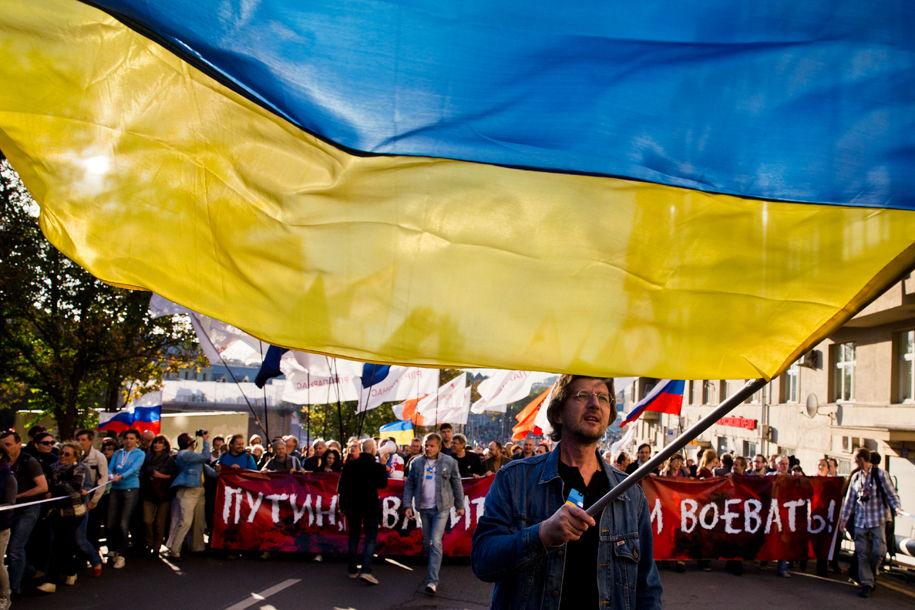 1411316102_519096_63 Марш мира в России: многолюдно и с украинскими флагами (фоторепортаж)