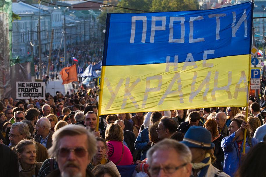 1411316161_140320_2 Марш мира в России: многолюдно и с украинскими флагами (фоторепортаж)