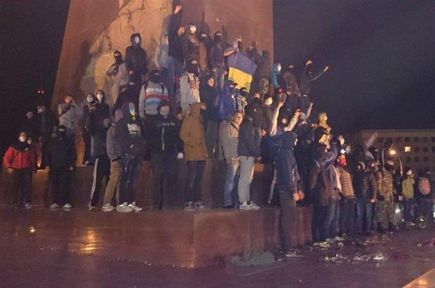 5429ac4f0a0b3-1 В Харькове возле Ленина произошли столкновения (фото)