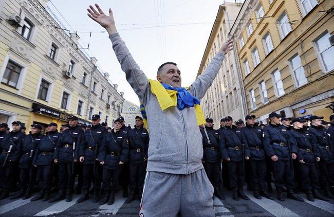 Марш мира в России: многолюдно и с украинскими флагами (фоторепортаж)