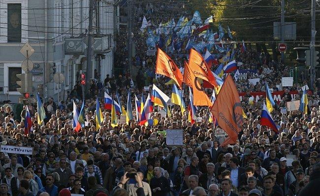 9721aff579ad66cde43c2fe0d08717cc Марш мира в России: многолюдно и с украинскими флагами (фоторепортаж)