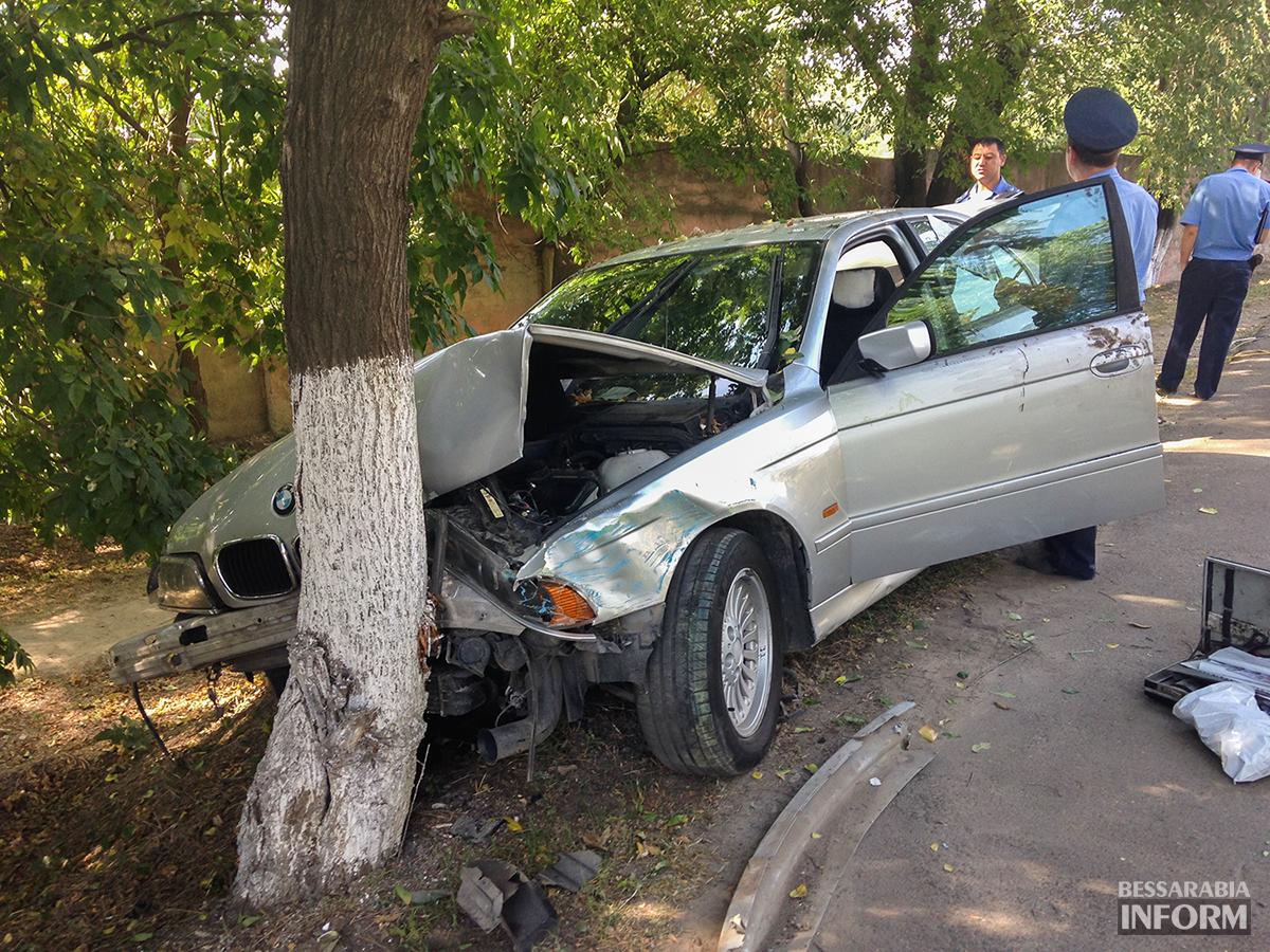 """avaria-bmw-1 ДТП в Измаиле: """"BMW"""" сбил человека и въехал в дерево (фото)"""