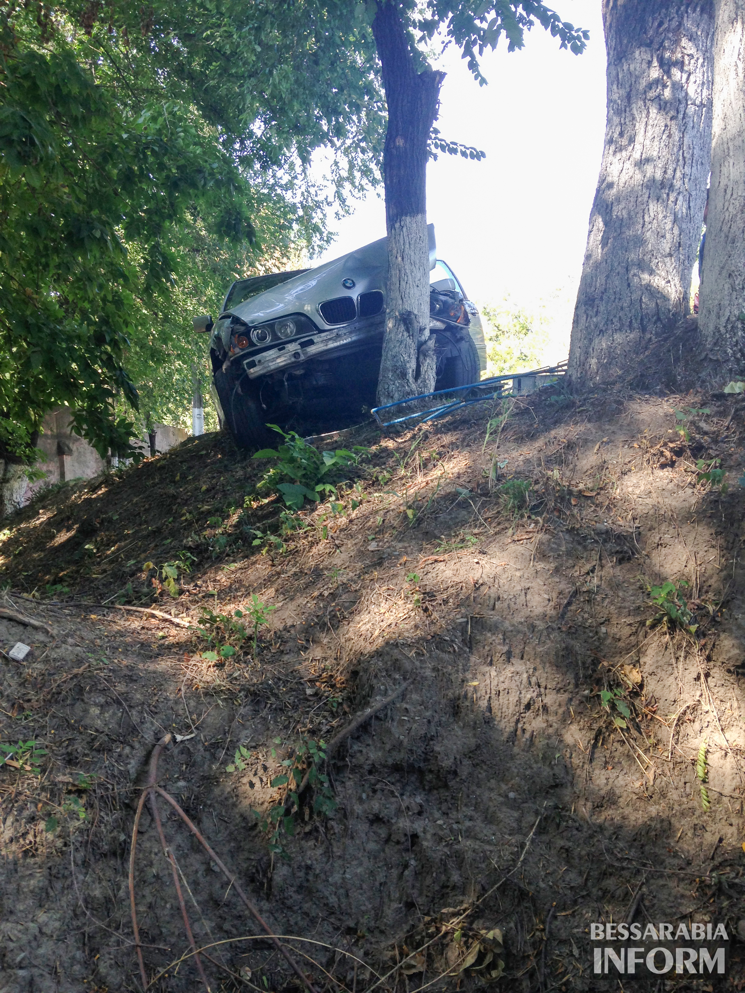 """avaria-bmw-2 ДТП в Измаиле: """"BMW"""" сбил человека и въехал в дерево (фото)"""