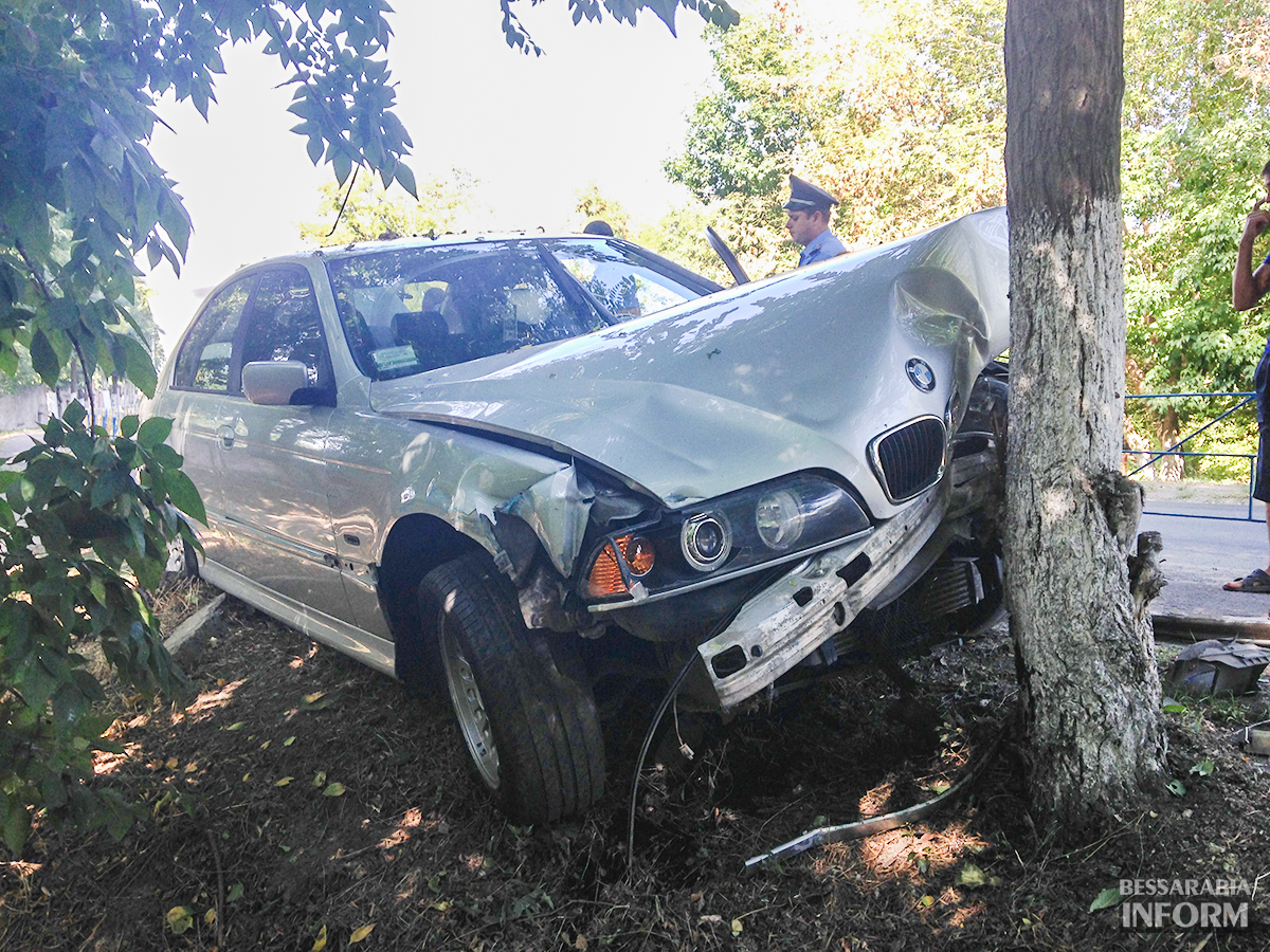 """avaria-bmw-3 ДТП в Измаиле: """"BMW"""" сбил человека и въехал в дерево (фото)"""