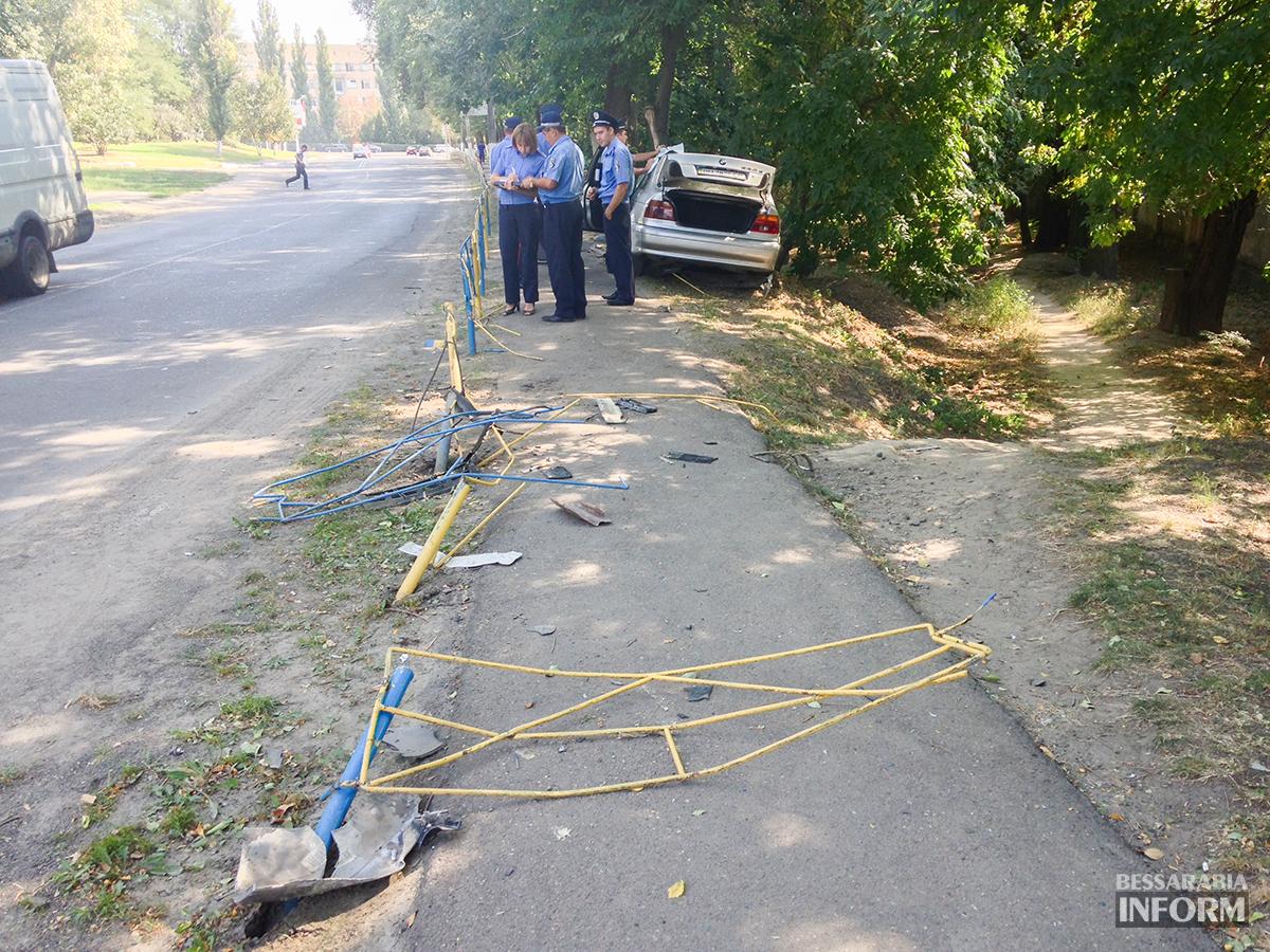 """avaria-bmw-4 ДТП в Измаиле: """"BMW"""" сбил человека и въехал в дерево (фото)"""