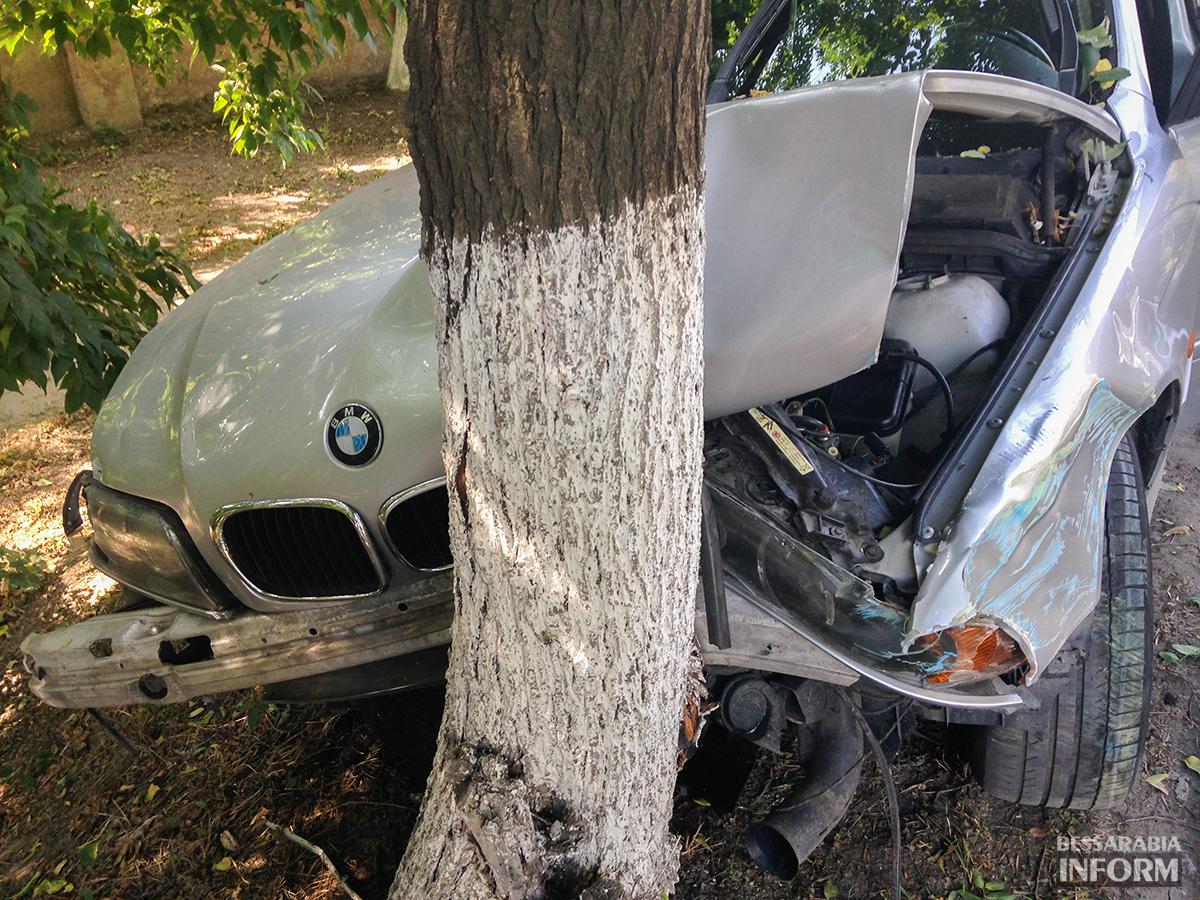 """avaria-bmw-7 ДТП в Измаиле: """"BMW"""" сбил человека и въехал в дерево (фото)"""