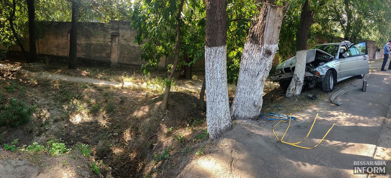 """avaria-bmw-8 ДТП в Измаиле: """"BMW"""" сбил человека и въехал в дерево (фото)"""