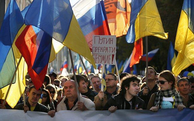 ba757d280d517aa74894713229562eba Марш мира в России: многолюдно и с украинскими флагами (фоторепортаж)