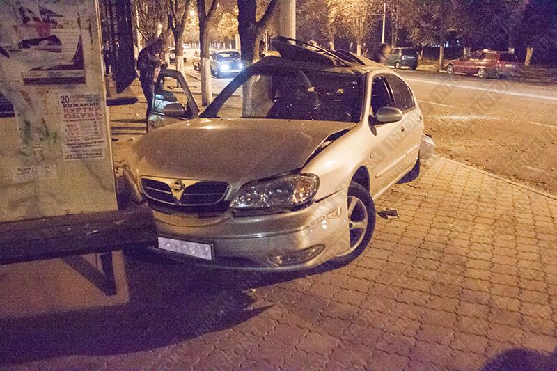 """Очередное ДТП: В Измаиле """"Maxima"""" на скорости влетела в остановку на проспекте (ФОТО, ВИДЕО)"""