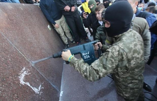 leninopad_kharkov-3 Самого большого Ленина в Украине повалили (ФОТО, видео)