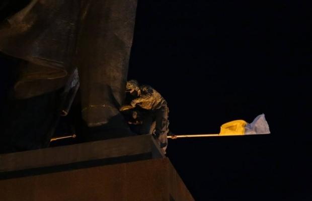 leninopad_kharkov-5 Самого большого Ленина в Украине повалили (ФОТО, видео)
