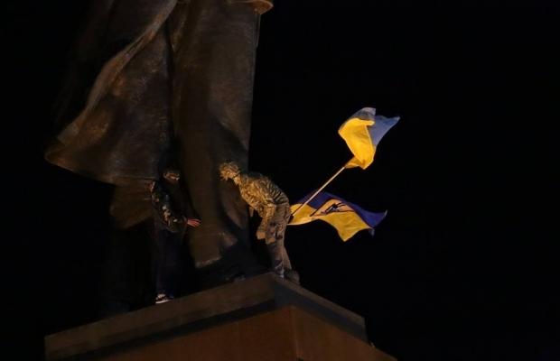 Самого большого Ленина в Украине повалили (ФОТО, видео)