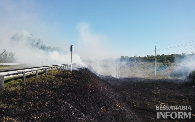 pojar-na-obiezdnoi-izmaila-1 Измаил: Неизвестные подпалили траву на объездной дороге (фото)