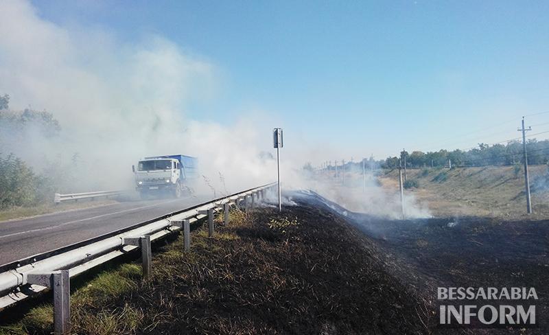 pojar-na-obiezdnoi-izmaila-2 Измаил: Неизвестные подпалили траву на объездной дороге (фото)