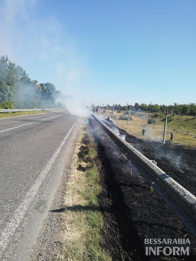 pojar-na-obiezdnoi-izmaila-3 Измаил: Неизвестные подпалили траву на объездной дороге (фото)
