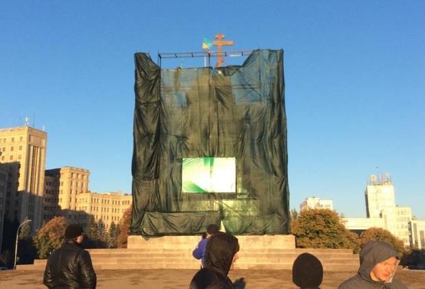 1412416245-7995 На месте Ленина в Харькове теперь стоит крест (фото)