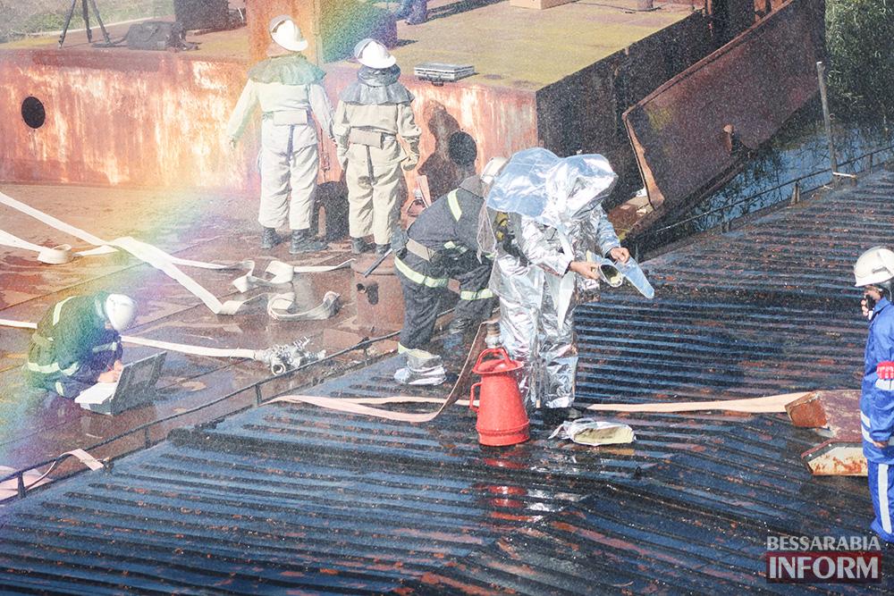 """Масштабный """"пожар"""" в Измаиле. Горело судно и машина (ФОТОрепортаж)"""