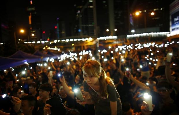 В Гонконге возле здания правительства начались столкновения демонстрантов с полицией