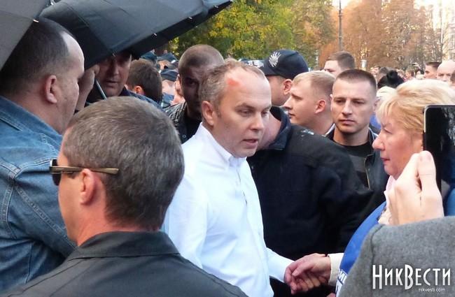 """В Николаеве с криками """"Ганьба"""" забросали яйцами Шуфрича (фото, видео)"""