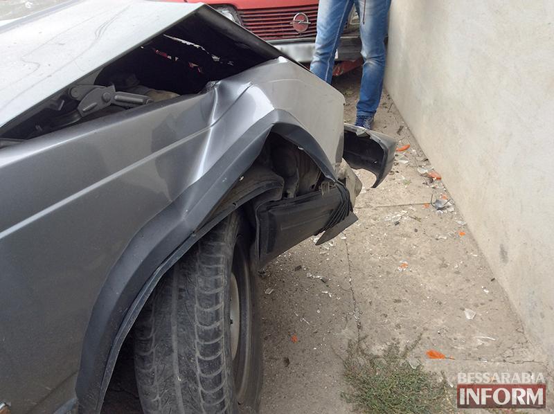 "ДТП в Измаиле: ""Opel"" зацепил столб, а затем и два авто (ФОТО)"