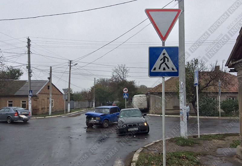 """dtp-izmail-bmw-vs-vaz-2 """"Жигули"""" vs. """"BMW"""" - В Измаиле утреннее ДТП (ФОТО)"""