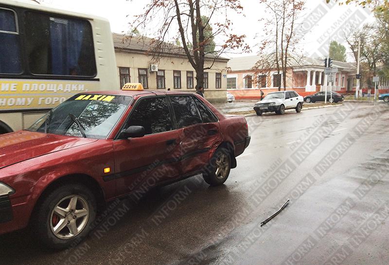 dtp_izmail_vaz-vs-taxi-1 ДТП в Измаиле: проспект не поделили две легковушки (ФОТО)