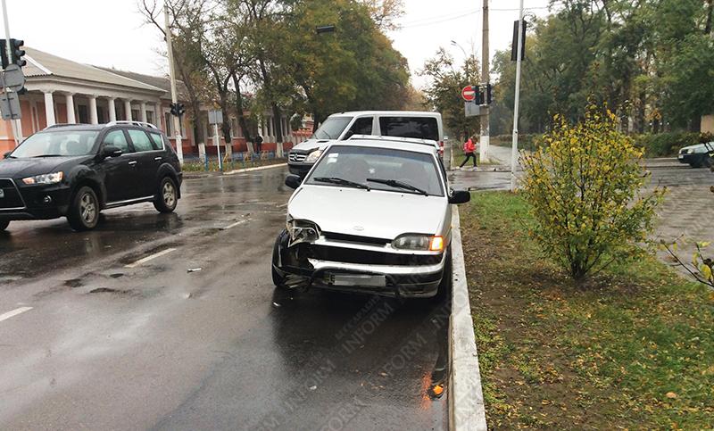 dtp_izmail_vaz-vs-taxi-3 ДТП в Измаиле: проспект не поделили две легковушки (ФОТО)