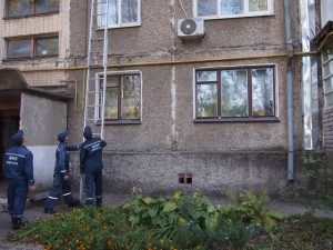 2-спасатели-помощь-пожилая-женщина-днепродзержинск-300x225 Б.-Днестровские спасатели помогли женщине без сознания