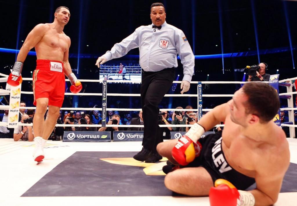 Klitschko-floors-Pulev-10-1024x709 Кличко нокаутировал болгарина в 5-м раунде (ФОТО, видео)