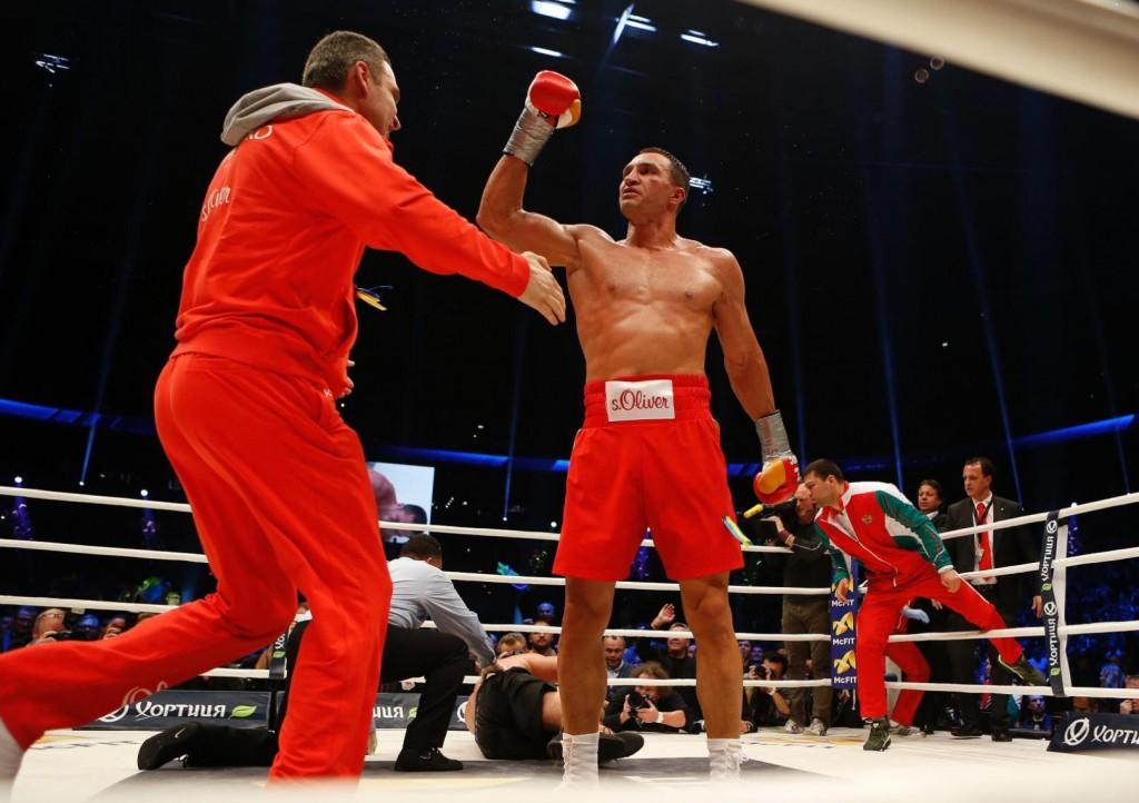 Klitschko-floors-Pulev-15-1024x722 Кличко нокаутировал болгарина в 5-м раунде (ФОТО, видео)