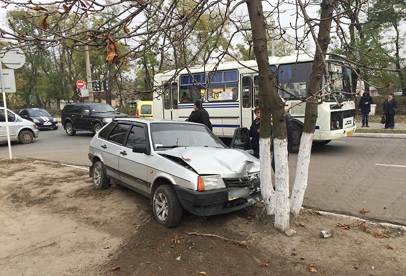 dtp-izmail-vaz-renault-1 Очередное ДТП в Измаиле. Серьезно пострадала девушка-водитель (фото)
