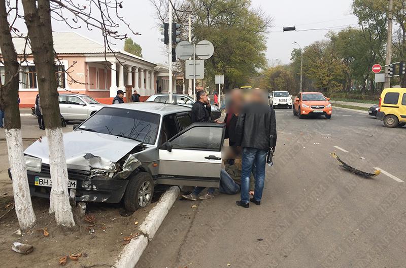 dtp-izmail-vaz-renault-2 Очередное ДТП в Измаиле. Серьезно пострадала девушка-водитель (фото)