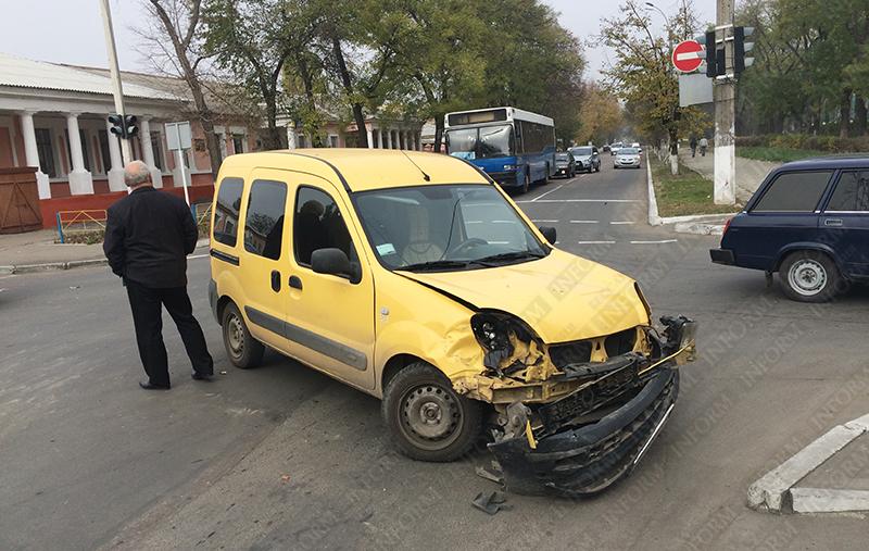 dtp-izmail-vaz-renault-3 Очередное ДТП в Измаиле. Серьезно пострадала девушка-водитель (фото)