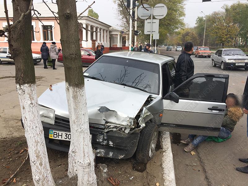 dtp-izmail-vaz-renault-5 Очередное ДТП в Измаиле. Серьезно пострадала девушка-водитель (фото)