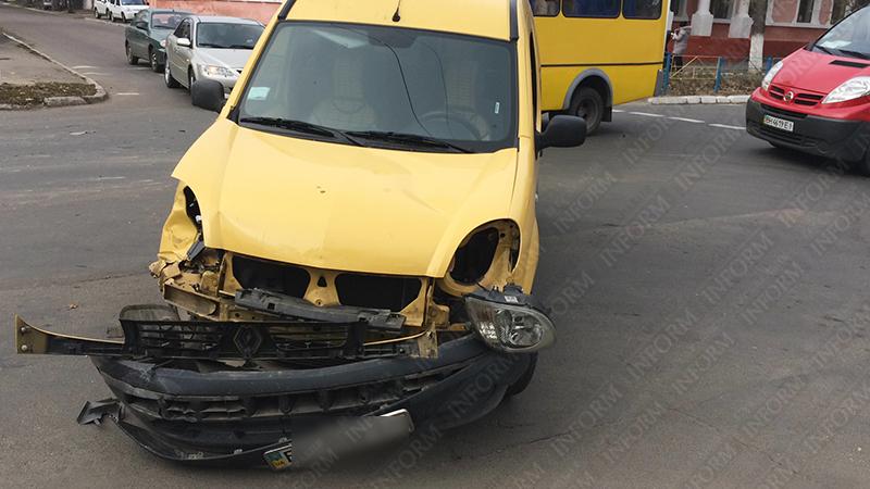 dtp-izmail-vaz-renault-7 Очередное ДТП в Измаиле. Серьезно пострадала девушка-водитель (фото)