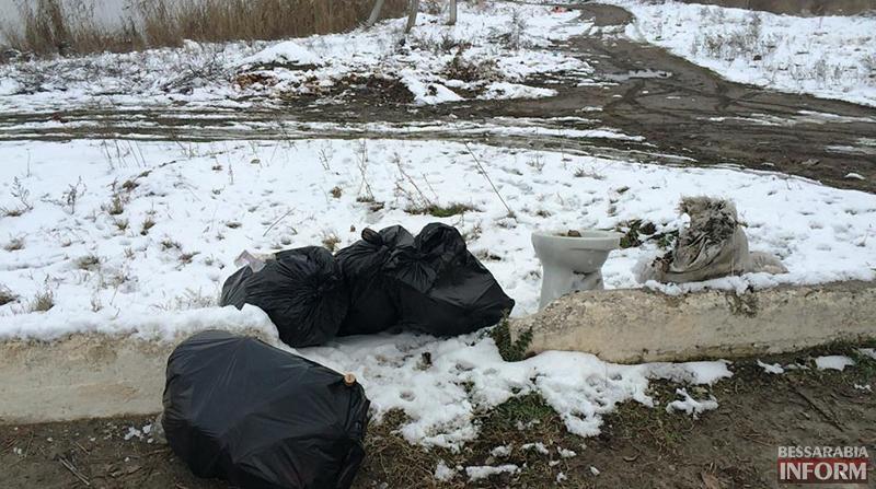 """mysor-na-lebyajem-1 Измаил: """"хулиганы"""" превратили озеро Лебяжье в мусорку, власть бездействует (фото)"""