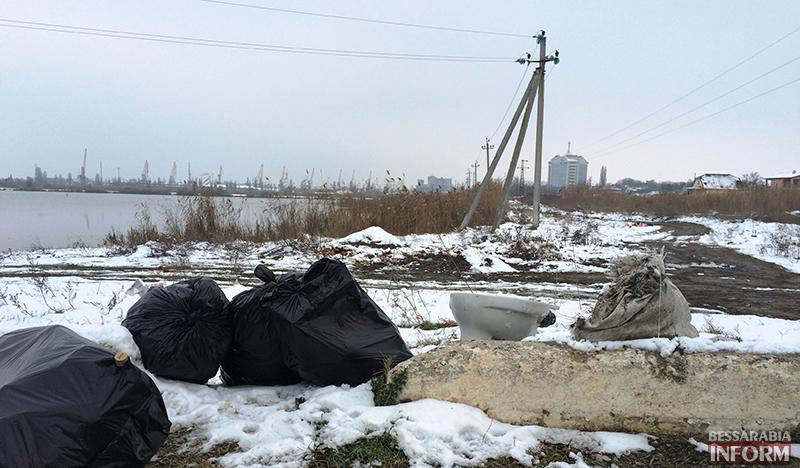 """mysor-na-lebyajem-2 Измаил: """"хулиганы"""" превратили озеро Лебяжье в мусорку, власть бездействует (фото)"""
