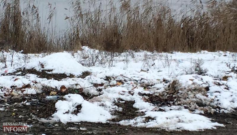 """mysor-na-lebyajem-4 Измаил: """"хулиганы"""" превратили озеро Лебяжье в мусорку, власть бездействует (фото)"""