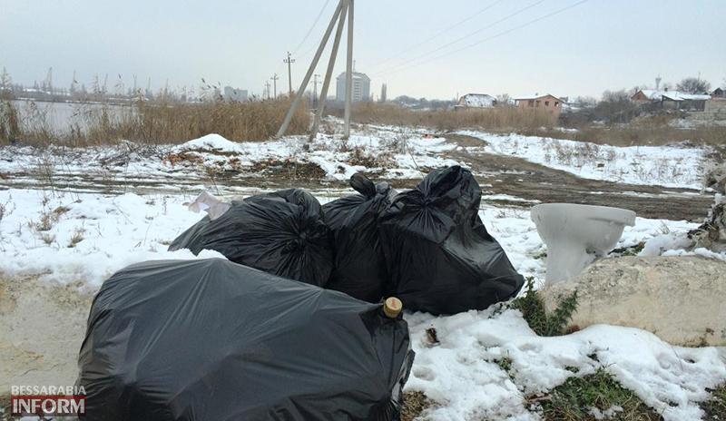 """mysor-na-lebyajem-5 Измаил: """"хулиганы"""" превратили озеро Лебяжье в мусорку, власть бездействует (фото)"""